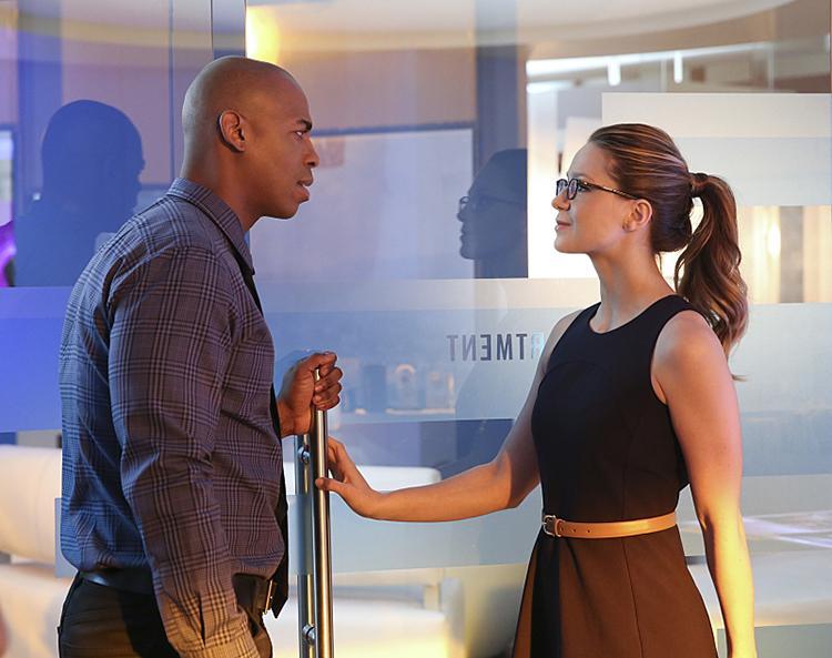 Imagenes y sinopsis del final de la temporada 1 de Supergirl - Kara Danvers y James Olsen