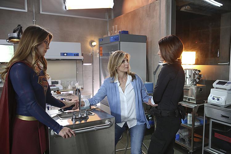 Imagenes y sinopsis del final de la temporada 1 de Supergirl - Kara Danvers, Eliza y Alex Danvers
