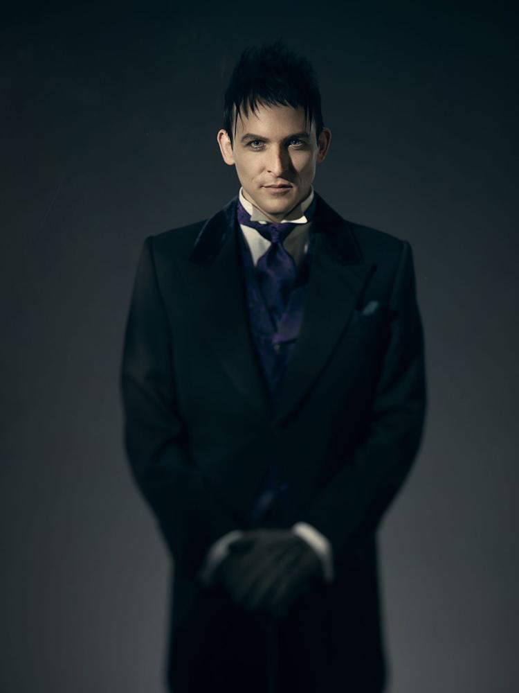 Gotham temporada 3 galería de personajes principales - Robin Lord Taylor como Oswald Cobblepot el Pingüino