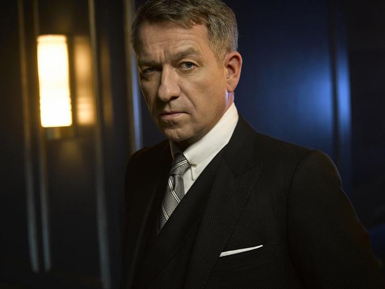 Gotham temporada 3 galería de personajes principales - Sean Pertwee como Alfred