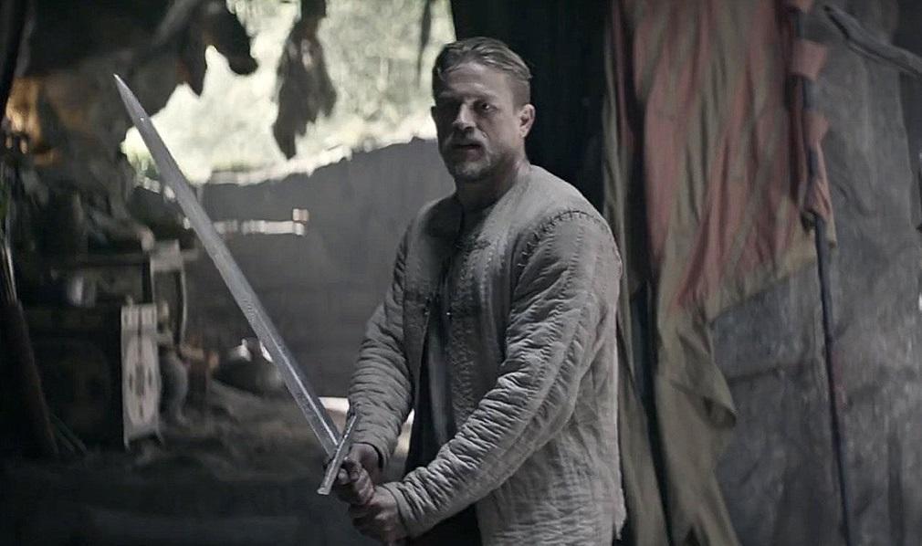 Charlie Hunnam y Jude Law en el tráiler final de 'Rey Arturo: La leyenda de Excálibur'
