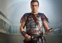 Simon Merrells como Julio César en el reparto de la temporada 3 de 'Legends of Tomorrow'