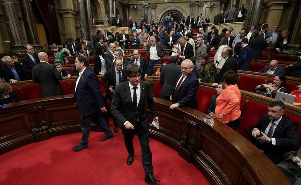 Cataluña: la Fiscalía querella a Carles Puigdemont y su gabinete por rebelión