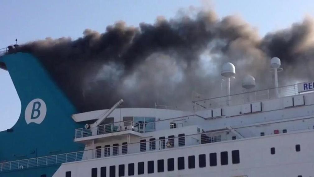 El incendio de un ferry en Valencia obliga a desalojar a 400 pasajeros