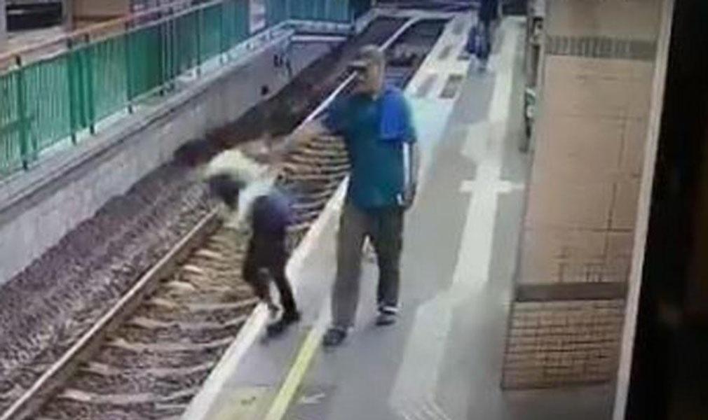 Impactantes imágenes de un hombre empujando a una mujer a la vía del tren