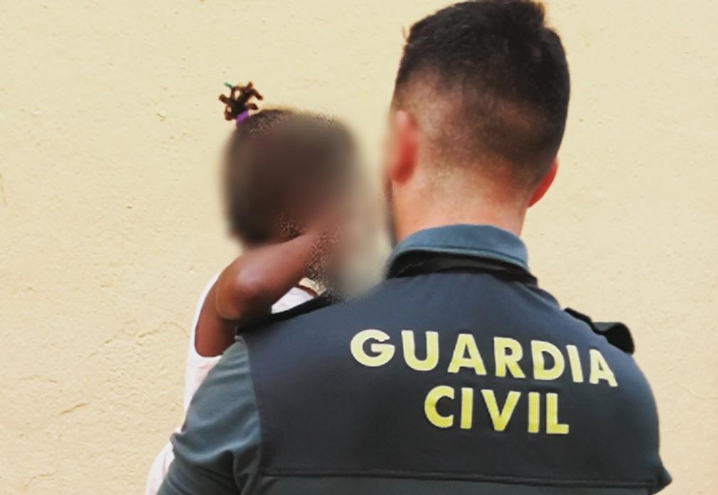 La Guardia Civil salva a una niña de 3 años que estaba asomada en el balcón de su casa