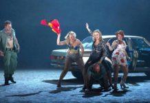 Legionario se limpia el culo con la bandera de España en una ópera moderna de Carmen