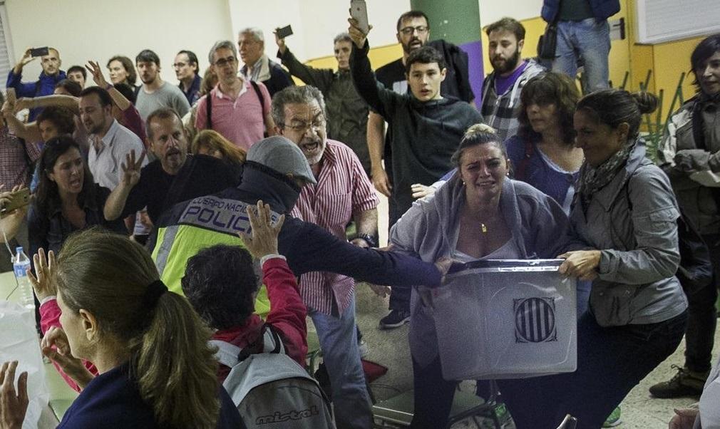 Policía Nacional y Guardia Civil intervienen en los colegios ante la pasividad de los Mossos