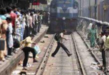 Saca la mitad de su cuerpo por la ventana de un tren a toda velocidad, y acaba de forma trágica