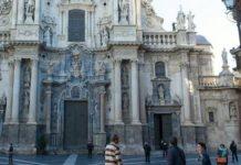 Se sube a la fachada de la catedral de Murcia y pide 'un bocadillo' y 3000 euros