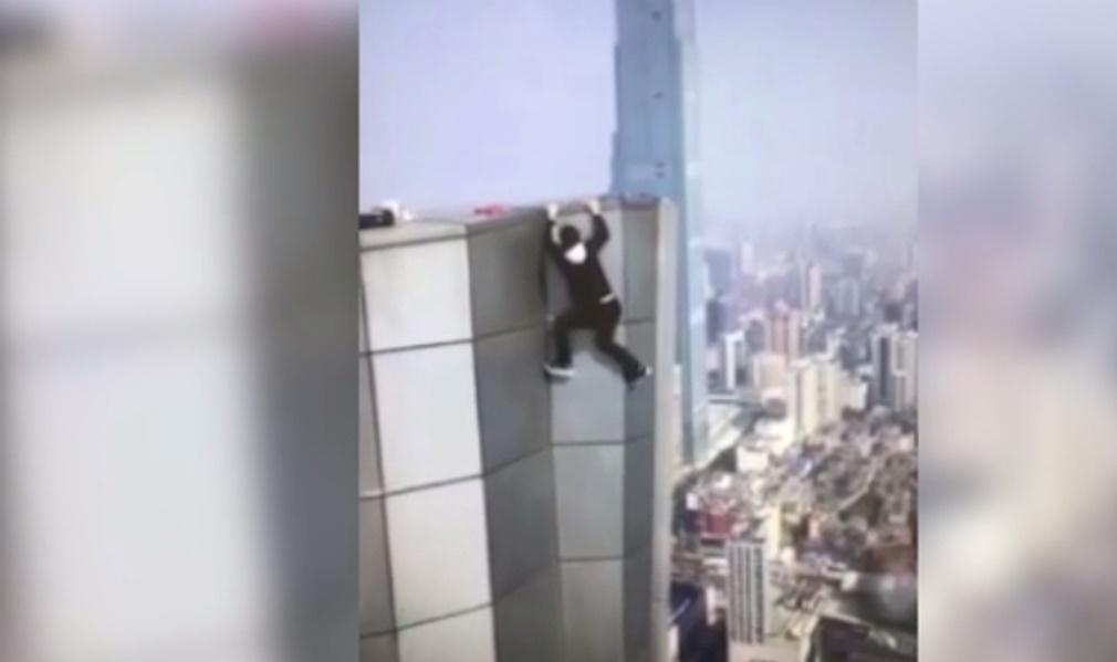 Acróbata graba su propia muerte al caer desde lo alto de un rascacielos