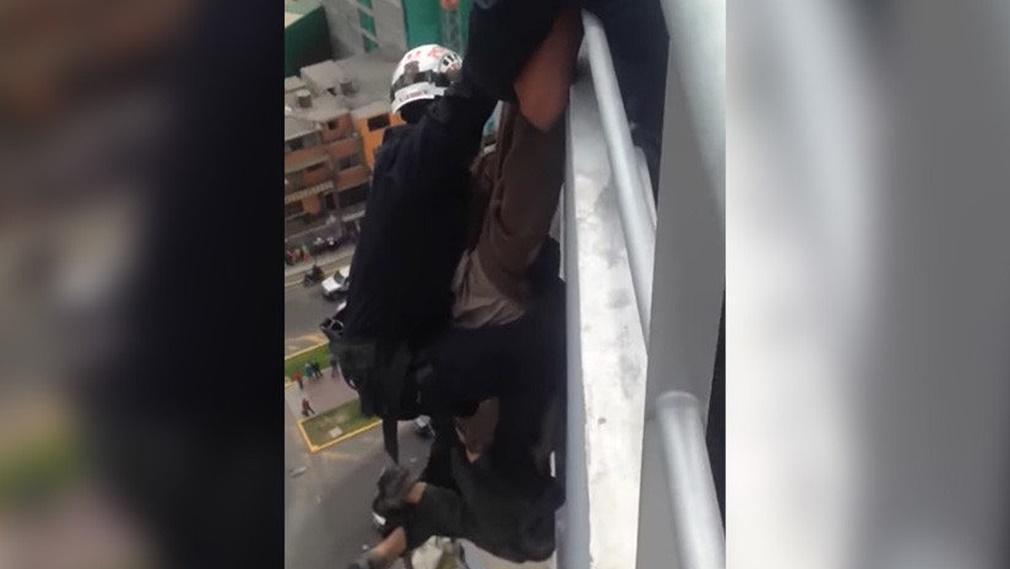 Después de ser rescatado, un hombre se suelta y cae al vacío desde 15 pisos de altura