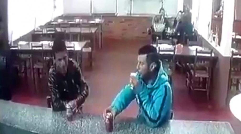Estremecedor asesinato de un hombre mientras bebía una cerveza en una pizzería