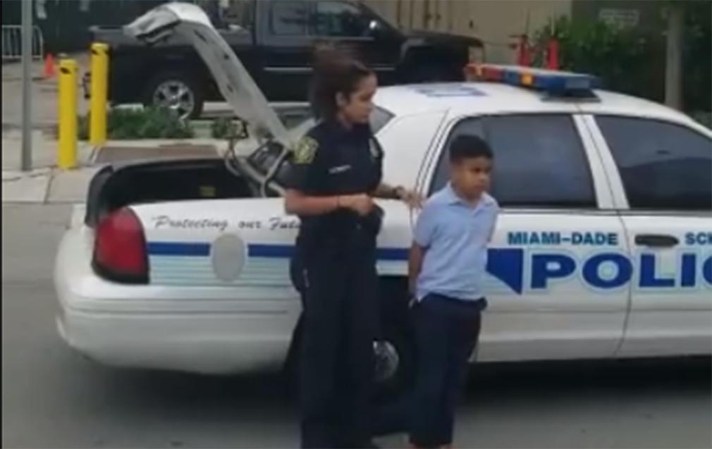 Un menor de 7 años detenido por atacar a su profesora