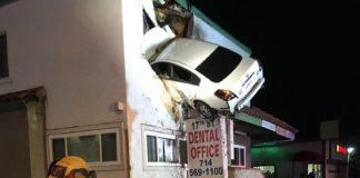 Un conductor pierde el control de su coche y termina incrustado en el segundo piso de un edificio