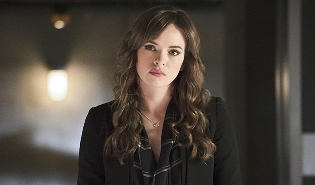 Danielle Panbaker como Caitlin Snow en la serie The Flash